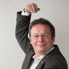 2. Dit is Michiel Schillhorn Van Veen hij is de schrijver van dit boek. Hij is afgestudeerd als Psycholoog aan de Universiteit Leiden. Zijn hobbies zijn life action role playing, schrijven, duiken en re-enactment bij La compagnie Fer de Lance.