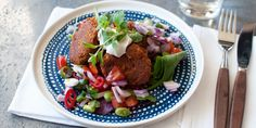Falafel kermaisen Apetina-dipin ja mausteisen salaatin kanssa