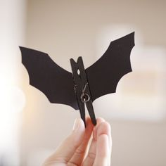 See how to make this fun and cute little bat using peg and paper! ( in portuguese)