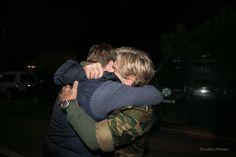 Ο Ανδρέας Τολάρος, ένας από τους διασωθέντες του Norman Atlantic αγκαλιάζει σφιχτά το γιο του έξω από το Α/Δ Ελευσίνας οπού εχθές το βράδυ στις 22:00 κατεύθασαν με C-130 της Π.Α από την Ιταλία.