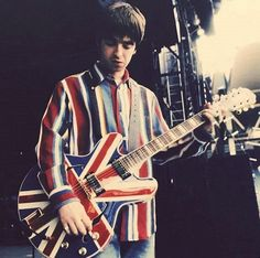 Noel in 1996 with his Epiphone Sheraton boasting the Union Jack🔥🎸🇬🇧 . Noel Gallagher, Union Jack, Oasis Music, Oasis Band, Liam And Noel, Legends And Myths, Music Express, Music Aesthetic, Britpop