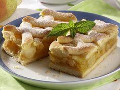 Mouku promíchat s práškem do pečiva, přidat moučkový i vanilkový cukr, na kostičky nakrájený změklý tuk a vejce. Vypracovat hladké nelepivé těsto, zabalit do fólie a 30 minut nechat v chladu odležet. Oloupané hrušky bez jídřinců nakrájet na plátky, vsypat do kastrolu, podlít vodou, zasypat krupicovým cukrem a podusit doměkka. Ke změklým hruškám vmíchat rozinky a strouhané mandle. Do vroucí směsi vlít oba pudinkové prášky rozmíchané ve 200 ml vody. Za stálého míchání vařit 2 minuty. Polovinu…