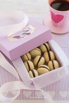 I baci di dama sono dei tipici biscotti piemontosi, due piccole semisfere friabiliche si fondono in un bacio di cioccolato, i biscotti perfetti per dichiarare il proprio amore. Ibaci di dama si possono realizzare sia con lenocciole che con le mandorle ridotte in farina, entrambe le varianti so