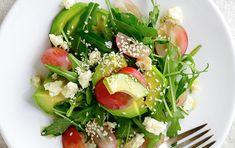 1 salade verte 15 tomates cerises 50 gr de parmesan coupé en fine tranche 2 avocats mûrs 1 à 2 pommes coupées en morceaux 2 à 3 cuillères à soupe d'huile d'olive 1 cuillère à soupe de vinaigre balsamique Sel, poivre