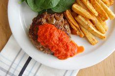 Italiaanse hamburgers met geroosterde paprikasaus