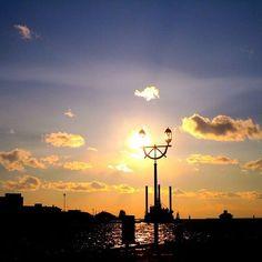 【garasuuu】さんのInstagramをピンしています。 《20170218 #本日の景色 * お茶したあとにmooまで遠征〜 * 風が強く寒くて目から涙が止まらなかった.˚‧º·(இωஇ)‧º·˚. * 手袋してたのに手が痛かった💦 * 痺れながら一人撮影会📷 * 雲と雲のコラボ?綺麗な空でした☀☁✨✨ * * * * #空#sky#海#sea #moon__sunset #moon_skyclouds #japan_bestsunset #雲#cloud#clouds #釧路#kushiro #街灯 #whim_life #私の好きなもの #私の好きな風景 #誰かに見せたい空 #igで繋がる空 #igで繋がる世界 #igで繋がる景色 #ファインダー越しの世界 #ファインダー越しの私の世界 #私のお気に入り #定点観測#定点 #定点撮影》