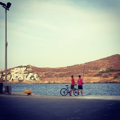 Life on an island gives you opportunities different from those at the city. Fishing is one of them. While walking at the port of Kea (aka Tzia) i saw this wonderful picture. Two kids fishing and di...