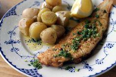 """""""À la Meunière"""" é o peixe empanado na farinha de trigo e regado com um molho de…"""