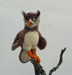 Pöllö Puuhakas tarkkana kuin tikka. Needlefelted owl.