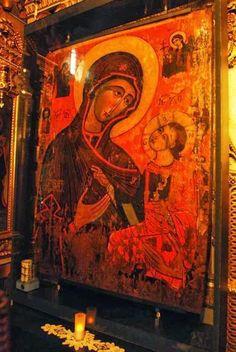 Icoana Maicii Domnului de la Mănăstirea Dintr-un Lemn are 1,50 metri înălțime și 1,10 metri lățime. Profesorul I. D. Ștefănescu spunea că ea ar fi fost pictată pe la jumătatea secolului al XVI-lea. Însă A.M. Muzicescu crede că icoana ar fi lucrată înainte de anul 1453, la Bizanț sau la Muntele Athos