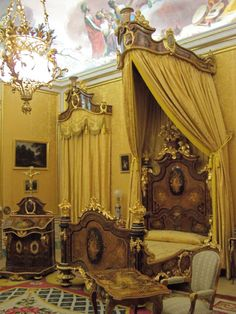 Queen's bedchamber, Palacio Real de Aranjuez, Spain, ca 1850 Castle Bedroom, Dream Bedroom, Bed Crown, Interior And Exterior, Interior Design, Casa Real, Grand Homes, Old World Style, Classic Interior