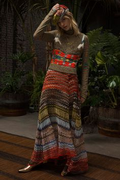Missoni Pre-Fall 2018 Fashion Show Collection -love the layers of different weight/texture knitwear Knitwear Fashion, Knit Fashion, Autumn Fashion 2018, Spring Fashion, Missoni, Sweater Weather, Pullover Outfit, Pullover Pullover, Classic Style Women