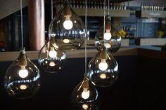 Nicht nur für die Lagerung unserer hochprozentigen Edelbrände, sondern auch als Lampenkonstellation eigen sich diese Glasballons sehr gut. Coffee Maker, Kitchen Appliances, Basement Ideas, Schnapps, Barrel, Interior Designing, Coffee Maker Machine, Diy Kitchen Appliances, Coffee Percolator