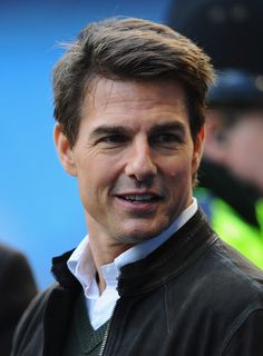Tom Cruise Photos - Actor Tom Cruise looks on prior to the Barclays Premier League match between Manchester City and Manchester United at the Etihad Stadium on December 2012 in Manchester, England. - Manchester City v Manchester United - Premier League Foreign Celebrities, Young Celebrities, Hollywood Celebrities, Tom Cruise Short, Tom Cruise Young, Latest Celebrity News, Celebrity Photos, Celebrity Babies, Celebrity Couples
