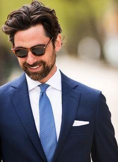 pochette de costume blanche avec cravate bleue à pois