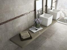 Baño. Pavimento y revestimiento porcelánico imitando cemento. Cenefa realizada con incrustaciones de vidrio. Imagen 3D fotorrealista. actua.es