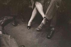 Ele diz que a ama Depois diz que não Ela arde em sua chama Reclama, se debate no chão! Ele quer só amizade... é tarde, porque também ele arde! E de noite se procuram, se confessam no escuro. Num jogo perigoso, quase criminoso Ficam cegos de desejos pelos tão sonhados beijos. Cruzam desertos, incertos... Se embrenham nas matas, feito vira-latas. Na alvorada, inebriados se juram apaixonados. Adormecem abraçados E de tarde, sem alarde tomam chá de castidade. É só mesmo amizade... Será?
