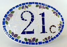 Placa de número em mosaico para apartamento. (Imagem extraída da internet).