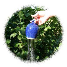 Plantendouche van blauw geglazuurd keramiek. Om zaailingen zachtjes water te geven
