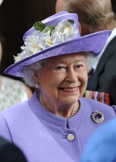 """Amethyst brooch. MAKE AN OVERVIEW OF HATS OF QUEEN ELIZABETH II OF ENGLAND """"2016 TO 2007"""" - PRINCESS MONARCHY"""