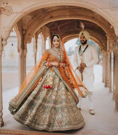 Amp Up Your Bridal Look With These Mindblowing Dupatta Draping Ideas. For more such bridall inspirations, stay tuned with shaadiwish. Punjabi Wedding Couple, Sikh Wedding, Farm Wedding, Wedding Couples, Wedding Ideas, Boho Wedding, Wedding Reception, Punjabi Couple, Wedding Hijab