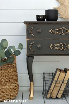 An upcycling of an old chest of drawers with Annie Sloan chalk paint in graphite and gold metallic paint in a shabby chic look. # Shabbychic Anniesloan # Graphite # # gold metallic paint # upcycling # commode Source by fancyhomedecorfurniture Bureau Shabby Chic, Tables Shabby Chic, Shabby Chic Mode, Shabby Chic Office, Shabby Chic Living Room, Shabby Chic Interiors, Shabby Chic Bedrooms, Shabby Chic Kitchen, Shabby Chic Style