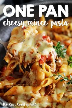 This easy, cheesy one pan mince pasta is going to be your new go-to quick weeknight meal. 30 minutes from start to finish and everything (including the pasta) is cooked in one pan! bake Cheesy One Pan Mince Pasta Pasta And Mince Recipes, Baked Pasta Recipes, Meat Recipes, Cooking Recipes, Healthy Recipes, Meals With Mince Beef, Healthy Minced Beef Recipes, Macaroni Recipes, Bon Appetit