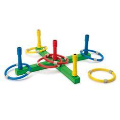Le socle de ce jeu d'anneaux se pose à environ un mètre des enfants. A tour de rôle, chacun d'eux lance les 6 anneaux en visant un des 5 piquets en mousse. Les piquets extérieurs valent 1 point et celui qui est au centre en vaut 3. L'enfant qui vise le mieux, grâce à un mouvement coordonné et précis, remporte la partie. Les enfants peuvent faire évoluer la difficulté du jeu en s'approchant ou s'éloignant du socle. A l'intérieur ou à l'extérieur de la maison, ce jeu d'anneaux est silencieux.
