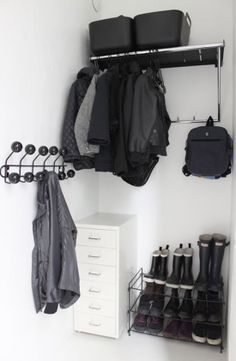 Poppytalk: Cool IKEA Hack: Coat Rack~~I would like to do the coat rack in a orange rusty red to coordinate with my wall art. Hallway Inspiration, Home Decor Inspiration, Inspiration Dressing, Ikea Crates, Wardrobe Closet, Hall Closet, Home Organisation, Organization, Tiny Apartments