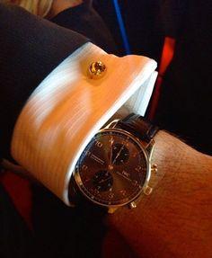 Ein Gentleman mit Stil: er kombiniert die IWC Edelstahl Portugieser mit rotgoldenen Zeigern zu rotgoldenen Manschettenknöpfen.
