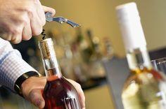 Probablemente te habrás preguntado por qué, a diferencia de cualquier otra bebida, abrir una botella de vino requiere de un ritual tan complicado
