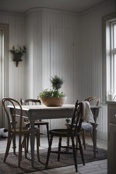 Here's Why Clear Dining Chairs Are A Trend For Small Spaces Clear Dining Chairs, Vintage Dining Chairs, Dining Room Chairs, Vintage Interior Design, Vintage Home Decor, Bedroom Vintage, Vintage Style, Interior Exterior, Nordic Interior