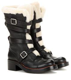 Coach - Bottes en cuir doublées de shearling Moto - Arborant une allure androgyne et rebelle, ces bottes Moto signées Coach ont été confectionnées dans un cuir noir grainé. Entourées de sangles à boucles en métal argenté, elles bénéficient d'une doublure en fourrure de shearling blanc crème, qui vous tiendra au chaud tout au long de l'hiver. Vous apprécierez leur conception souple et raffinée, ainsi que leur élégance moderne. seen @ www.mytheresa.com