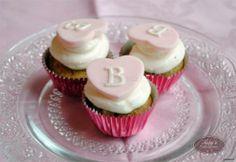 Carinissime cupcakes con l'iniziale del nome ... una scelta originale per il #matrimonio