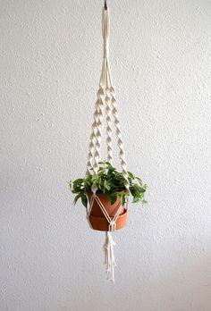 Suspension pour plante en macramé réalisée à la main en France en corde naturelle non traitée.  Longueur environ 1 mètre