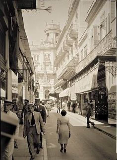 A view of shopping at Calle del Obispo. Vintage Cuba, Vintage Havana, Vintage Photos, Cuba Pictures, Old Pictures, Fidel Castro, Cuban Architecture, Our Man In Havana, Cuba Culture