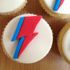 Cakes and Catwalks: Recipe: David Bowie Aladdin Sane cupcakes 19th Birthday, Birthday Parties, Birthday Cakes, David Bowie Birthday, 50th Cake, Music Themed Parties, Ziggy Stardust, Iced Cookies, Themed Cakes