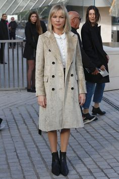 Can we look like Michelle Williams at the Louis Vuitton SS16 PFW show this autumn please?