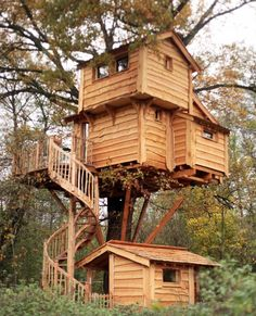 5 week ends insolites en - Diy Decora la Maison Beautiful Tree Houses, Cool Tree Houses, Bird Houses, Woodland House, Forest House, Location Gite, Normal House, Tree House Designs, Timber House