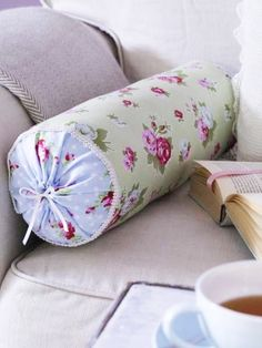 #cojines #cojinesdecorativos #pillows #pillowcases #pillowcovers #diy #decoración #decoraciondeinteriores #homedecor #homedecorideas #homedecoraccessories Bolster Cushions, Bolster Pillow, Diy Pillows, Throw Pillows, Cushion Cover Designs, Cushion Covers, Pillow Covers, Reusable Things, Sewing Hacks