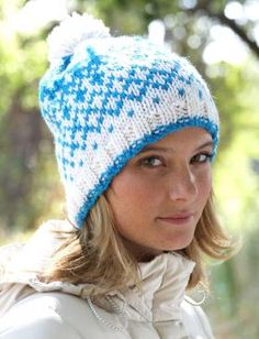 Зимняя цветная шапка спицами