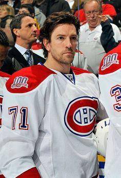Patrice Brisebois annonce sa retraite le 24 septembre 2009. Le soir même, il reçoit le Trophée Jean Béliveau remit annuellement à un joueur du Canadien qui se démarque par son engagement à la communauté. Modèle de persévérance auprès des jeunes, il se démarque par sa générosité, son enthousiasme et son authenticité. Ses actions à travers la communauté au cours de sa carrière de seize saisons avec le Canadien de Montréal reflètent son désir de faire une différence dans la vie des enfants… Hockey Rules, Hockey Teams, Hockey Players, Nhl, Montreal Canadiens, Toronto, National Hockey League, Baseball, Engagement