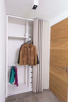 loft78.com Ein Schiebe- Vorhang deckt die Garderoben- Nische ab. Die Innenaufteiling kann ebenso individuell gewählt werden, wie die Maße. Get Inspired, visit: www.loft78.com #interiordesign #interior #interiors #house #home #design #architecture #decor #homedecor #luxury #decor #love #follow #archilovers #casa #loft78 #individuell #ideen #planung #inneneinrichtung #innenarchitektur # #rosenheim #münchen #salzburg #garderobe #wardrobe #flur #eingangsbereich  #ideen #diele #lago