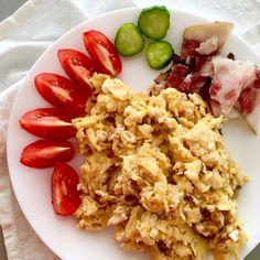 Breakfast or dinner, whatever - scrambled eggs with smoked bacon, tomato, cucumber / Snídaně nebo večeře, to je fuk - míchaná vajíčka se slaninou, rajče, okurka