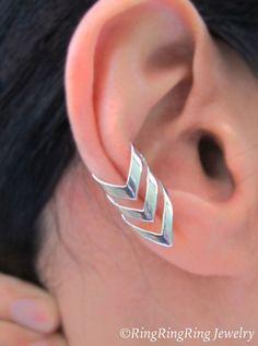 100 % massif.925 argent Sterling. Triple boucle d'oreille de cartilage en manchette flèche chevron. Bijoux uniques fait à la main par RingRingRing sur Etsy. Cest pour les hommes et les femmes, et il ne nécessite pas les oreilles percées. Ce style na pas une version droite ou gauche et peut être porté sur une oreille.  Disponible en or ici : https://www.etsy.com/shop/RingRingRing?section_id=12527455&ref=shopsection_leftnav_7  ♥ les commandes avec lachat multiple économiser sur lexpédition. ♥…