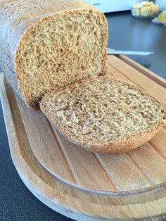 Har du en bagemaskine stående i bunden af skabet, fordi det lød smart men resultatet var kedeligt? Så find den frem igen, for det er ganske let at lave godt brød på en bagemaskine.