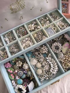 vintage jewelry This reminds me of my grannys jewelry box, it looks exactly like it too! #vintagejewelry