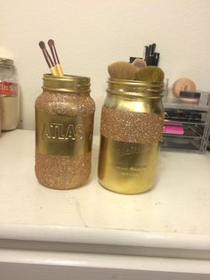 Mason jar make up brush holder!!! Just turn the mason jar upside down, spray paint, let it dry, modge podge where you want the glitter, add the glitter a little at a time, and boom! Super cute makeup brush holder!❤️ #diy