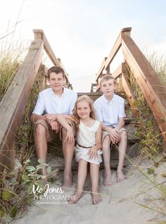 Charleston Family Beach Photographer | Isle of Palms, South Carolina  #isleofpalmsbeachphotography #beachphotography #beachphotographyposes #siblingposes #isleofpalms #charleston