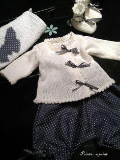 Conjunto de pantalón lunares y jersey/chaqueta en blanco, para las más pequeñas.